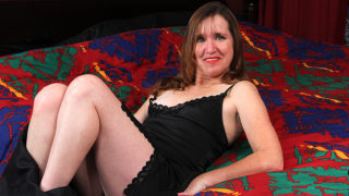 American Mature Lady Playing with Herself in Bed – Mature.nl