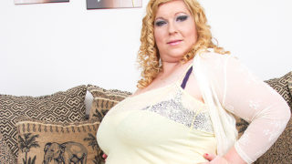 Huge Breasted Mature Lady Playing with Her Pussy – Mature.nl