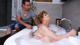 Mature BBW Fucking and Sucking Her Toy Boy in Bath – Mature.nl