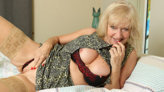 Classy Mature Lady Playing with Herself in Bed – Mature.nl