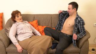 Horny Robbie loves fucking older mature ladies – Mature.nl