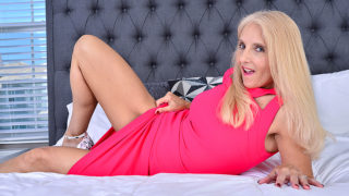 Mature Chery Leigh Loves Playing with Her Toys, and She Really Loves to Shove Them All up in Her Ass – Mature.nl