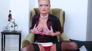 Naughty Housewife Playing with Her Shaved Pussy – Mature.nl