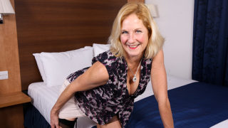British Housewife Sticks Her Toy Deep inside Her Wet Pussy – Mature.nl