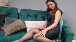 Horny Housewife Rips Her Pantyhose and Fucks Herself with Her Toy – Mature.nl
