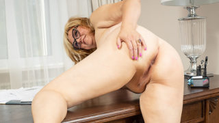 Housewife masturbating on her desk – Mature.nl